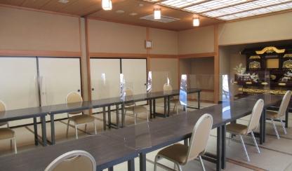 透明パネルを設置した会食会場